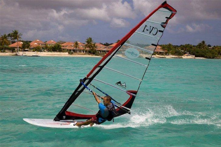 windsurf dans le lagon devant les villas de luxe du Hamak Guadeloupe