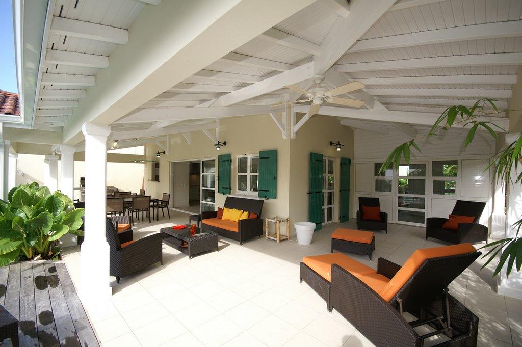 Terrasse couverte de 100 m avec transats de la villa en for Salon de terrasse design