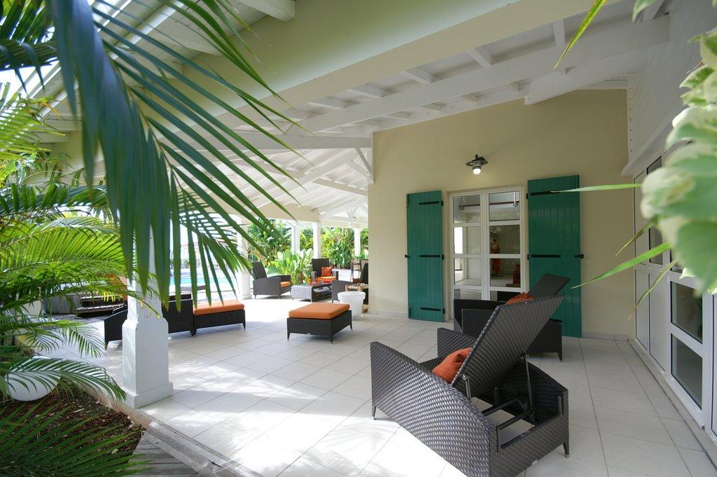 Terrasse couverte avec transats de la villa en guadeloupe for Villa avec terrasse couverte