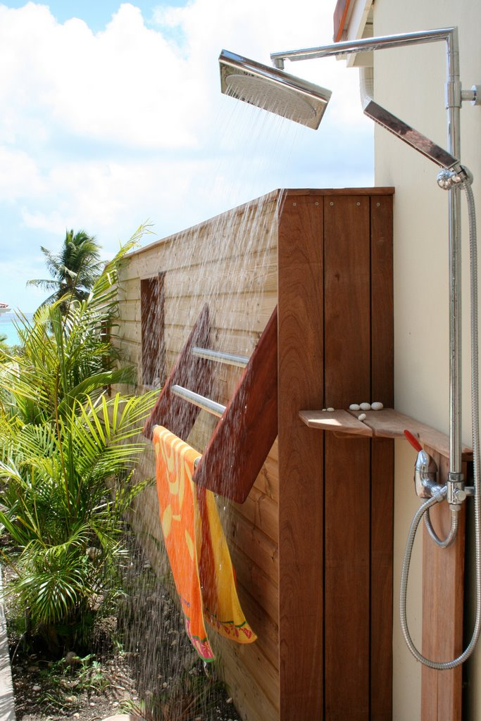 douche ext rieure la villa de guadeloupe avec eau chaude la terrasse de la villa de luxe. Black Bedroom Furniture Sets. Home Design Ideas