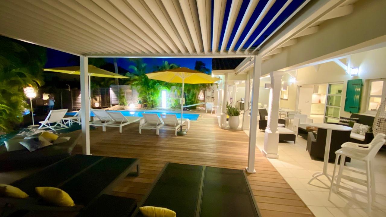 terrasse de nuit villa luxe guadeloupe la terrasse de la villa de luxe villaboubou en. Black Bedroom Furniture Sets. Home Design Ideas