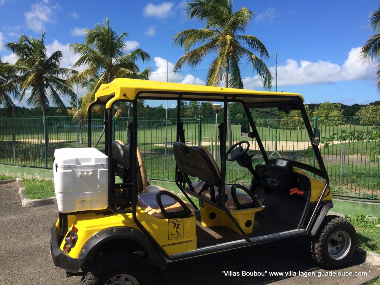Nouvelle voiture électrique devant le golf de Saint François en Guadeloupe pour la villa de luxe Villa Boubou